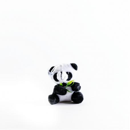 Маленькая панда с веточкой на присоске
